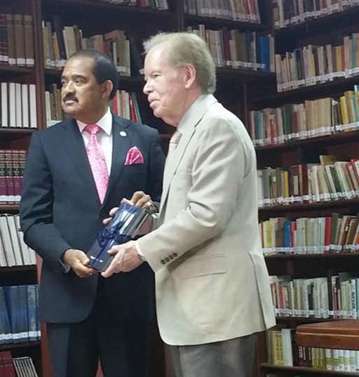 Miguel Phipps Pone A Circular Otros Dos Libros