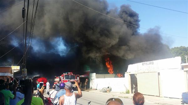Fuego Consume Expendió De Neumáticos En San Pedro