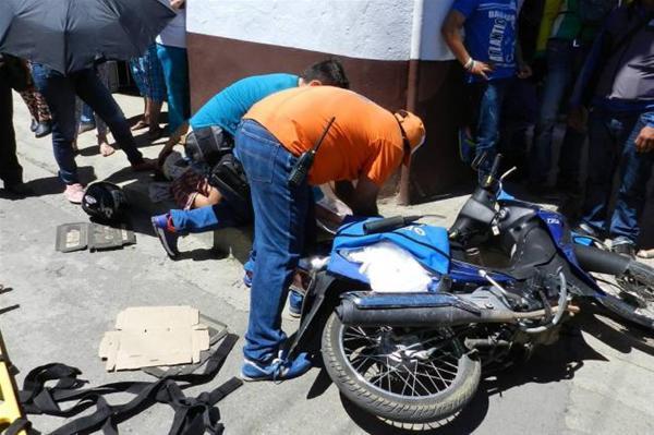 Dos Heridos En Choque Entre Un Carro Y Una Motocicleta