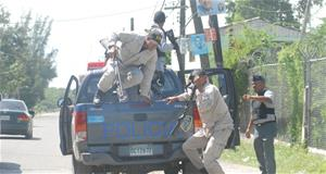 Policia Golpea Hombres Jugaban Domino En La Calle