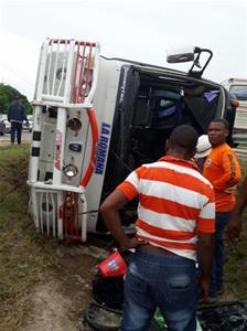 Al Menos 25 Heridos Al Volcarse Un Autobús Carretera La Romana-San Pedro