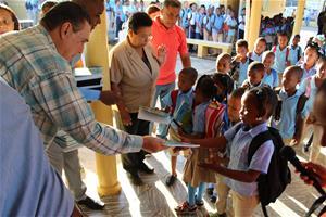 Hazim Lleva Una Mano Amiga A La Comunidad El Puerto